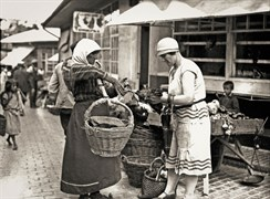 Svetozar Grdijan:  Shopping in Zeleni Venac Marketplace, Belgrad, at the end of 1920s.  Borba Fotodokumentacija