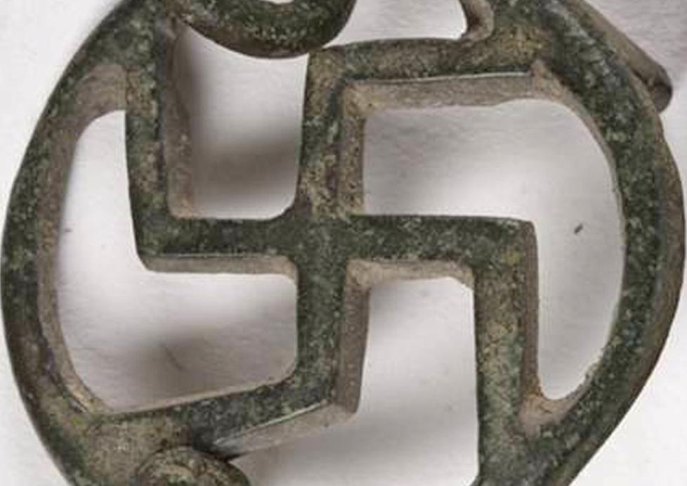 Gamalı haç biçimli bronz kemer tokası