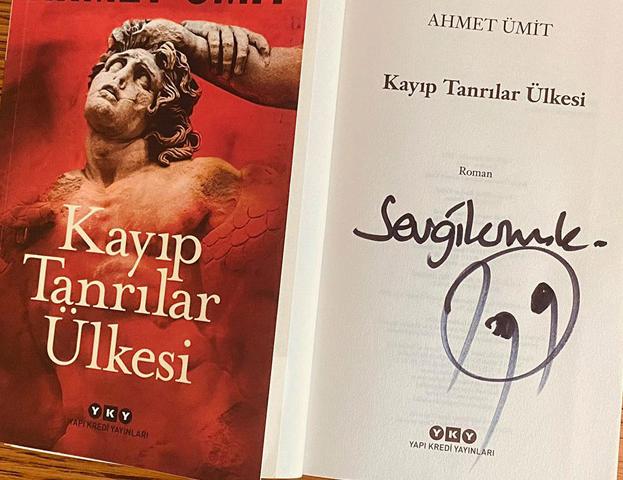 """Ahmet Ümit yeni romanı """"Kayıp Tanrılar Ülkesi""""ni okurlarımız için imzaladı."""